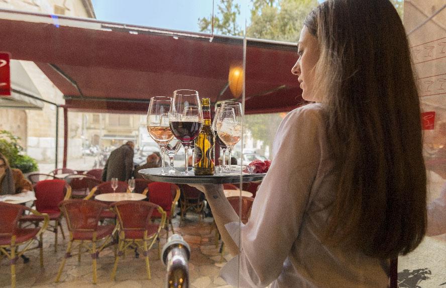 alba camarera del bar gibson con copas para la terraza